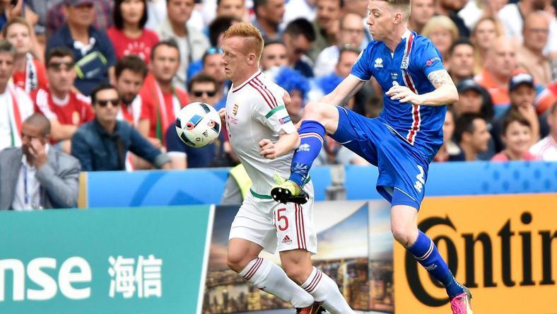 Kleinheisler László (balra) és az izlandi Birkir Saevarsson küzd a labdáért /Fotó: MTI