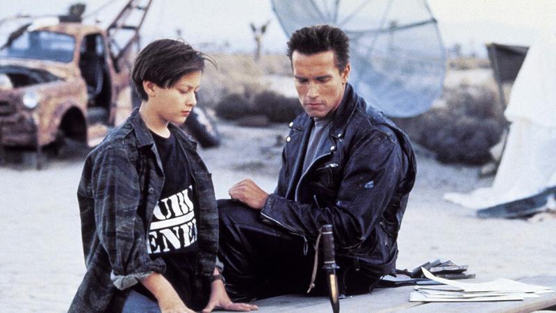 "Edward Furlong i Arnold Schwarzenegger w filmie ""Terminator 2"" - kadr z flmu"