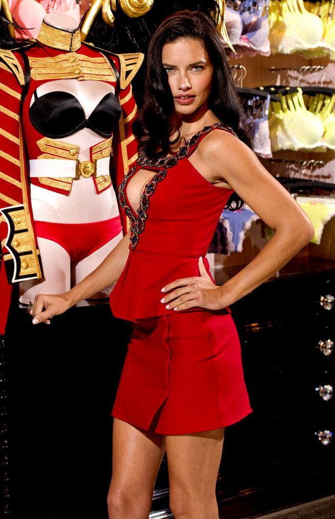 Adrianna Lima w sukience Matthew Williamsona / Getty Images