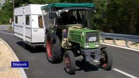 Niemieccy emeryci pojechali na wczasy do Chorwacji... traktorem