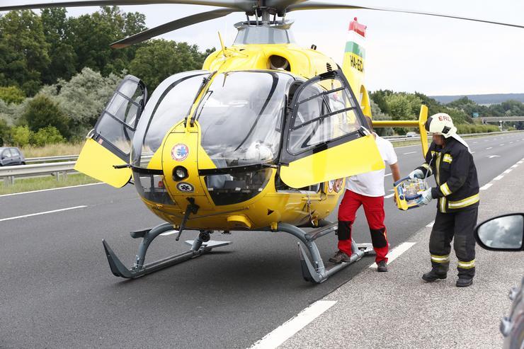 Mentőhelikopter az M7-es autópályán / Fotó: Fuszek Gábor