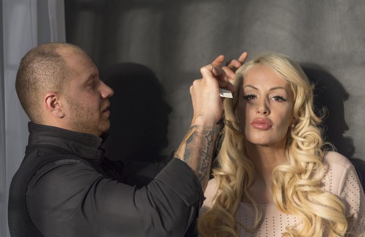 Egy kisebb csapat dolgozott azon, hogy Kelemen Anna frizurája kifogástalanul álljon / Fotó: Járai László