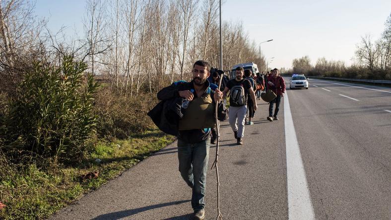 A menekültek gyalog indultak el Macedóniába /Fotó: AFP