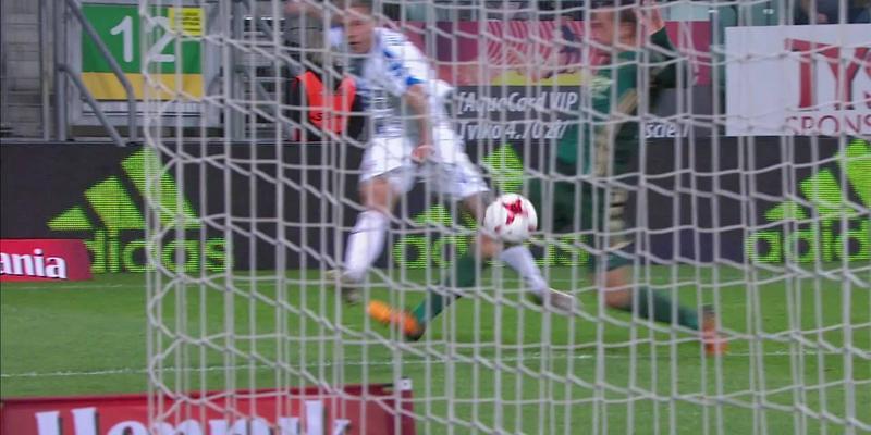 Śląsk - Lech (2:0): Zaskakujący, sprytny strzał Nielsena, ale Wrąbel czujny na linii. Coraz pewniejsza gra 21-latka