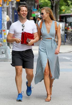Best Look: Karlie Kloss w niebieskiej sukience The Reformation