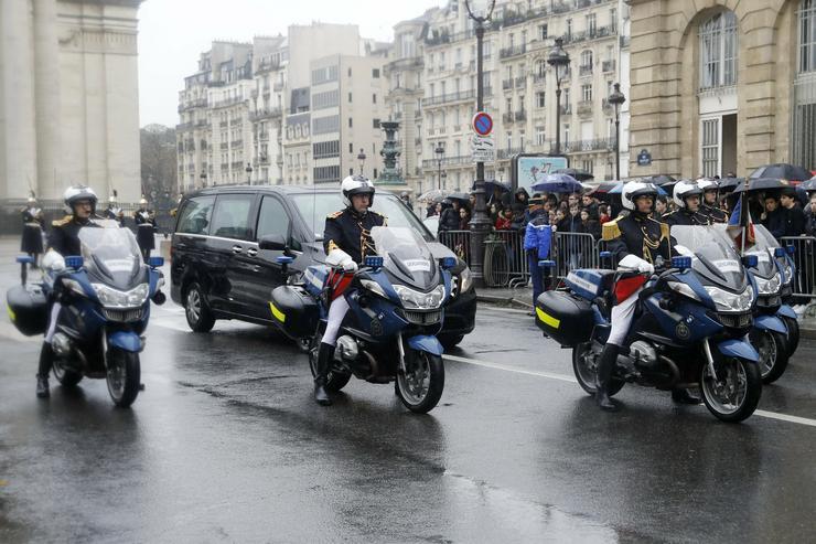 A múlt héten a dél-franciaországi szupermarketben egy iszlamista túszejtő által meggyilkolt francia csendőrtiszt előtt tisztelegtek /Fotó: MTI