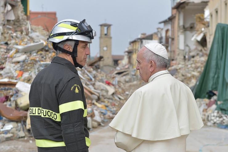 ... hogy támogatást nyújtson a károsultaknak, és tájékozódjon az ottani helyzetről / Fotó: AFP