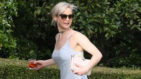 Skromna sukienka i upięte włosy - tak Jennifer Lawrence wyglądała na ślubie przyjaciółki!