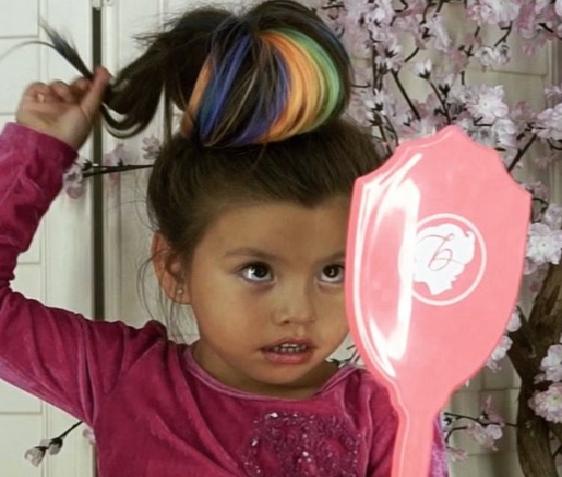 4-latka pokazuje, jak się malować