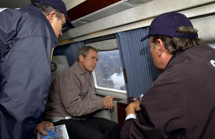 Bush szeptember 14-én a New York-i kormányzóval és polgármesterrel utazik egy repülőgépen, épp a helyszínre tartanak / Fotó: Profimedia-Reddot