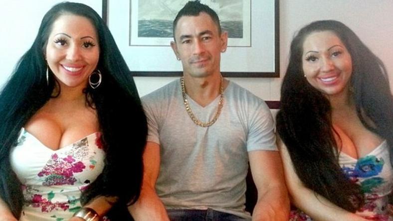 A férfi két Nicki Minaj-hasonmás ikerrel nyomja /Fotó: Facebook