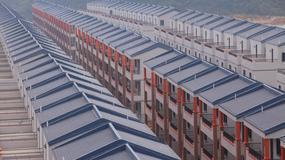Osiedle domków jak więzienne bloki