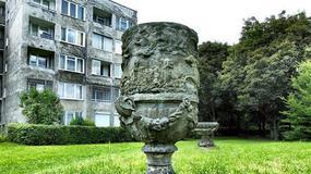 Zrujnowany pałac w Brzezince na Dolnym Śląsku, którego rzeźby zdobią Warszawę