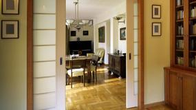 Drzwi przesuwne naścienne i chowane w ścianie - świetne do małego mieszkania, ale nie tylko