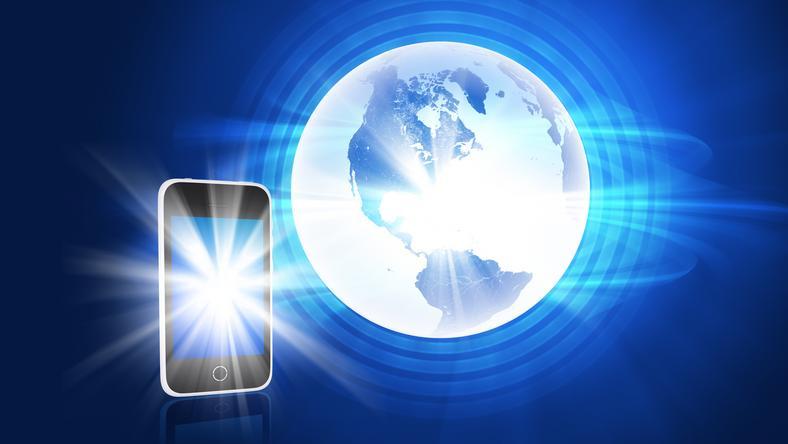 Mindenki netezik a mobilján, így folyamatosan jönnek az új fejlesztések, nemsokára megérkezik a mostaninál akár százszor gyorsabb 5G is! /Fotó: Northfoto