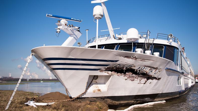 Hatalmas lyuk tátong a turistahajó oldalán /Fotó: AFP