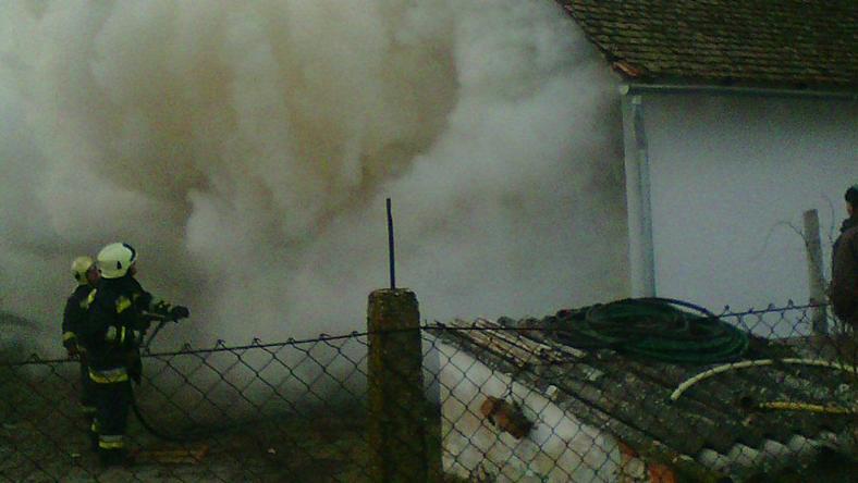 Az idős asszony felrobbantotta a házat, füst borította a környéket / Fotó: Virágh István - Balástyai Önkéntes Tűzoltó Egyesület