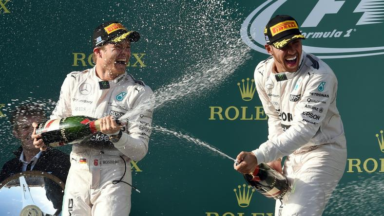 Nico Rosberg és Lewis Hamilton boldogan locsolta egymásra a habzó bort /Fotó: AFP