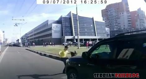Mladić šutira džip koji ga je trenutak pre toga udario na pešačkom prelazu