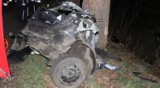 Osobówka uderzyła w drzewo. Auto rozerwałona części!