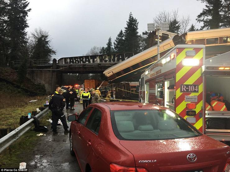 Értesülések szerint a 14 vagonból 13 siklott ki /Fotó: Pierce Megyei Sherff  Iroda
