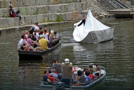 Bolter se ukrcao u svoje plovilo i vozio se kanalom nekoliko sati