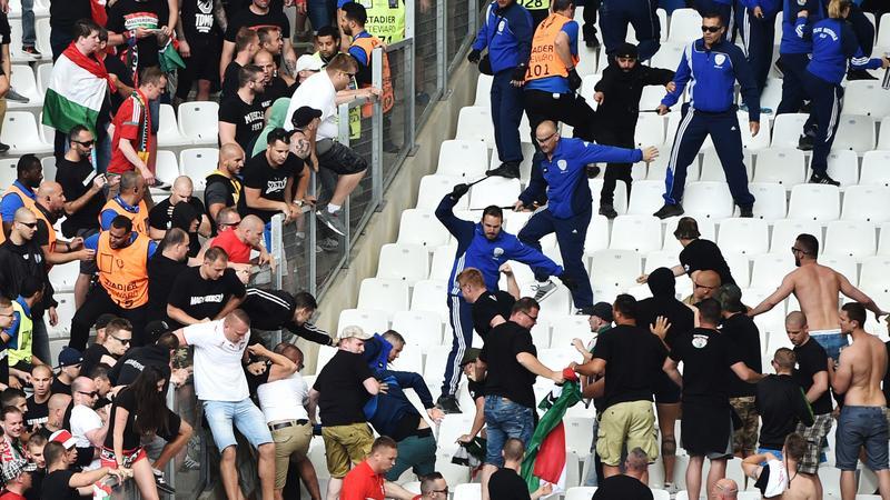 Káosz! Viperával verték a magyar fociszurkolókat