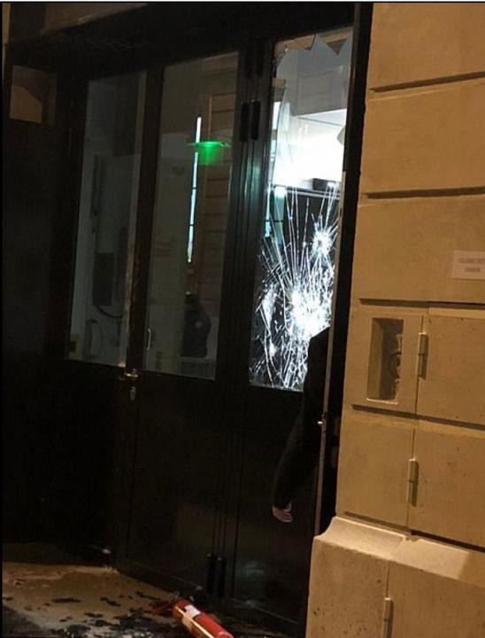 A támadók fejszével betörték a szálló kirakatait és onnan kiemelték az ékszereket /Fotó: Facebook