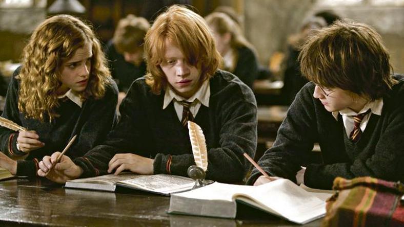 Könyvben is tarolt Hermione (Emma Watson),  Ron (Rupert Grint) és Harry Potter  (Daniel Radcliffe) történetét nem  csak filmen nézték a fiatalok, a legkeresettebb könyv volt a piacon