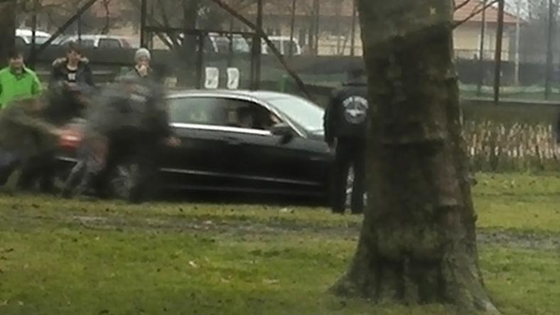 Olvasóriporterünk állítja, a fekete Mercedesben csücsülő férfi Kis Grófo, nem szállt ki a kocsiból