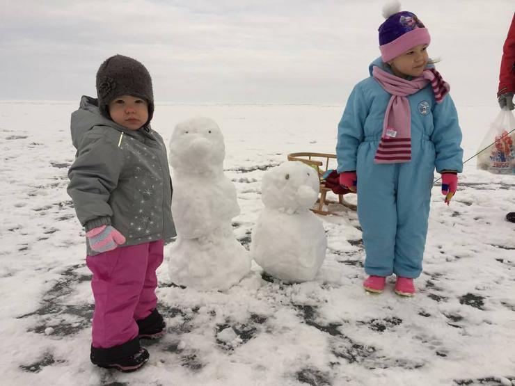 Szalai Lilla (4) és Zselyke Siófokon, a Balaton jegén látott neki a hóember készítésének / Fotó: Vajta Zoltán