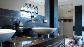 Łazienka w kontrastowych kolorach
