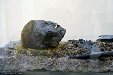 Na misterioznom nalazištu otkriveno je još šet mumificiranih tela, uključujući i rođokosog muškarca, prekrivenog bakrom i sahranjenog sa gvozdenom sekirom