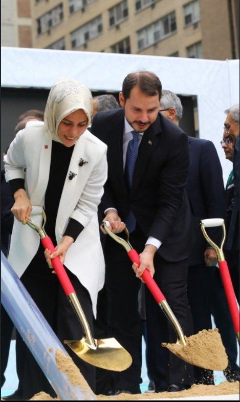 Ezra Edrogan Albajrak i njen suprug Berat Albajrak, ministar energetike u Turskoj, na postavljanju kamena temeljca Nove turske kuće u Njujorku. Na toj ceremoniji bili su i turski predsednik i njegova prva dama