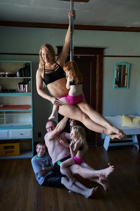 A nappaliban felállítottak egy rudat, amelyen nemcsak ők, hanem gyermekeik is gyakorolhatnak /Fotó: Northfoto