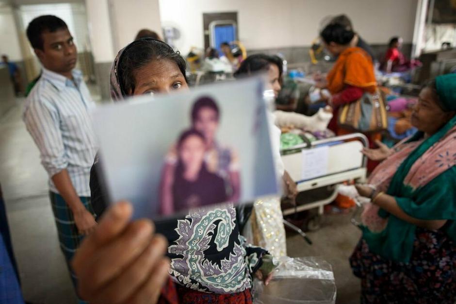 Rodziny ofiar poszukują zaginionych - zdjęcie: Gordon Welters / Medico International