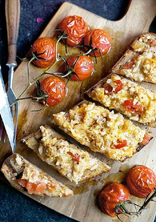 Ostra jajecznica na pomidorowych tostach