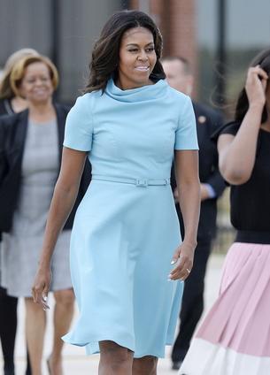 Michelle Obama wita papieża w niebieskiej sukience Caroliny Herrery
