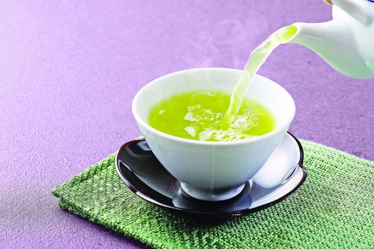 Amikor már vége a kerti grillezés időszakának, és egyre jobban be kell húzódni a szobába, szívesen választunk kevesebb előkészülettel és főleg kevesebb erős konyhai illattal járó vendégvárókat. Ilyen lehet egy csésze jó tea némi aprósüteménnyel.