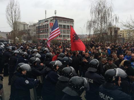 Kordon policije i demonstranti