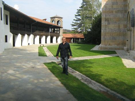 Velimir Perović u porti manastira Visoki Dečani