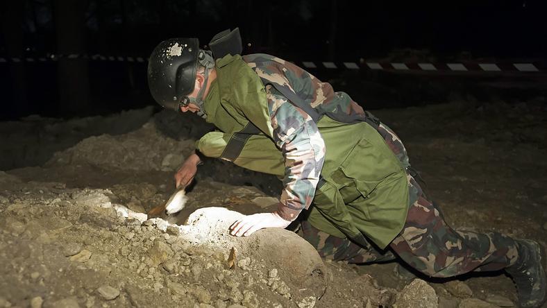 A tűzszerészek veszélyes robbanóanyagokat is találtak a sírok feltárásánál /Fotó: MTI-Lakatos Péter