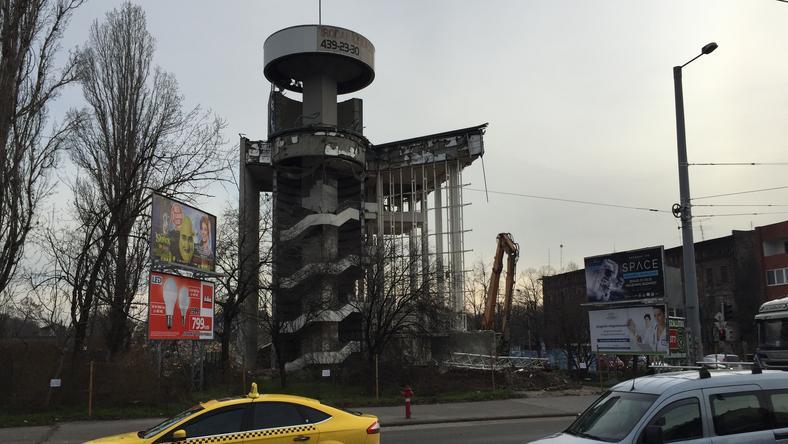 Az üvegborítás már nincs rajta, a lépcsőház torzóként mered a Hungária körútra / Fotó: Vajta Zoltán