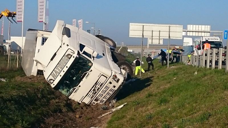 Felborult egy kamion az M0-áson/ Fotó: Olvasóriporter
