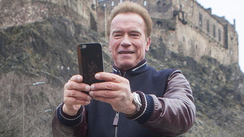 Arnold Schwarzenegger az edinburghi vár előtt fotózta magát / Fotó: Northfoto
