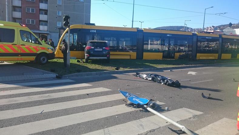 Villamosnak csapódott a terepjáró / Fotó: Olvasóriporter