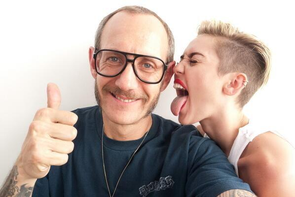"Terry Richardson i Miley Cyrus na planie teledysku ""Wrecking Ball"" / Bulls Press"