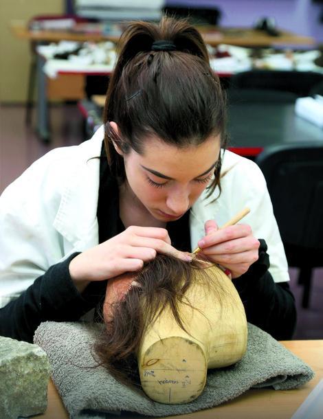 Učenica Ana Popović specijalnom iglicom uvlači u monturu dlaku  po dlaku