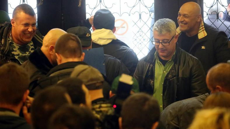 Nyakó István előbb érkezett, mint Erdősiné, de ezek a kopaszok nem engedték az ablakhoz / Fotó: Weber Zsolt