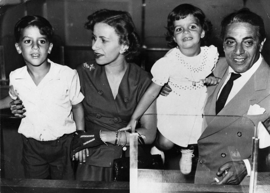Aristotle Onassis z rodziną: żoną Tiną oraz dziećmi Christiną i Alexandrem/fot. Getty Images